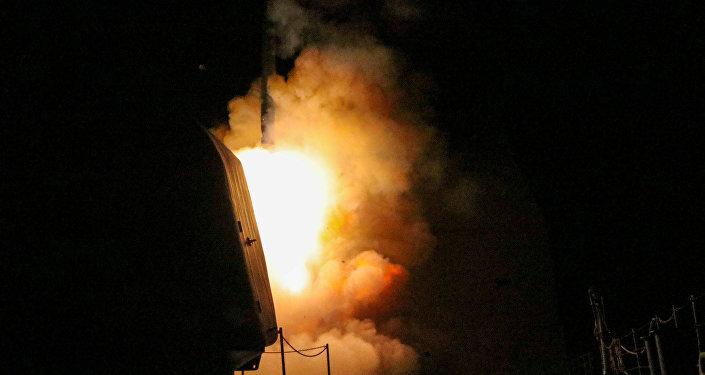 Buque de guerra estadounidense USS Monterey lanza un misil Tomahawk