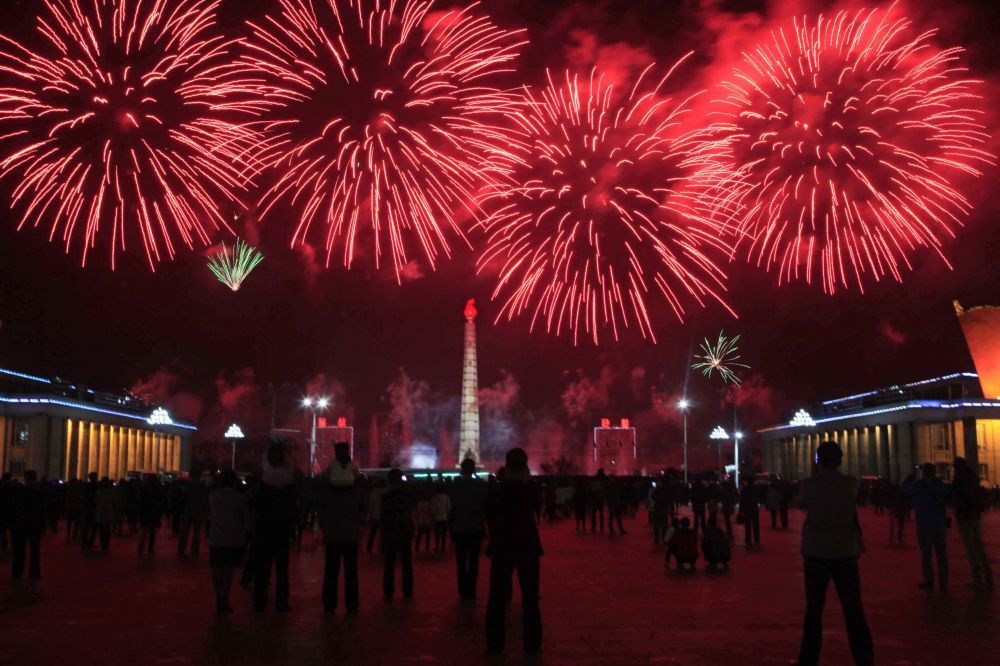 Салют в честь празднования дня рождения основателя северокорейского государства Ким Ир Сена в Пхеньяне