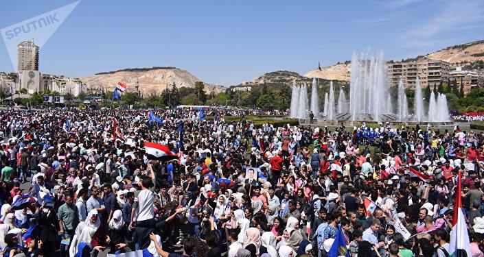Miles de sirios celebran en Damasco la