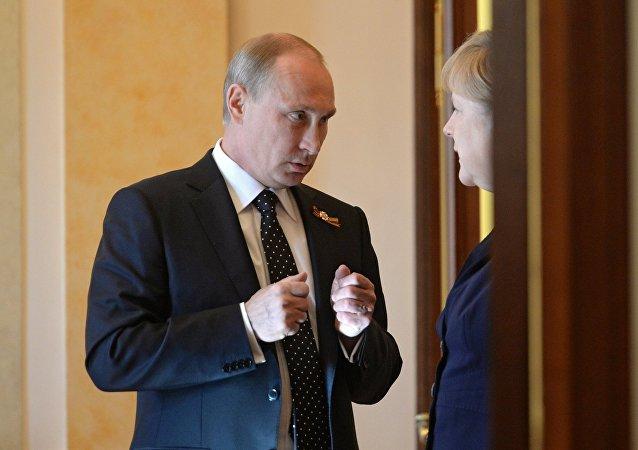 El presidente de Rusia, Vladimir Putin, y la canciller de Alemania, Angela Merkel