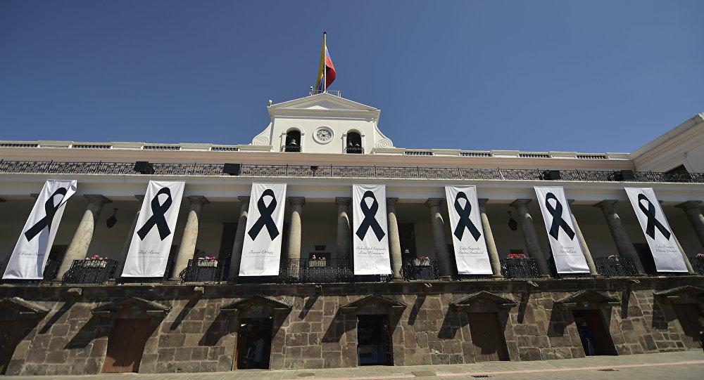 El Palacio de Carondelet (residencia oficial del presidente de Ecuador) rinde homenaje a los periodistas secuestrados