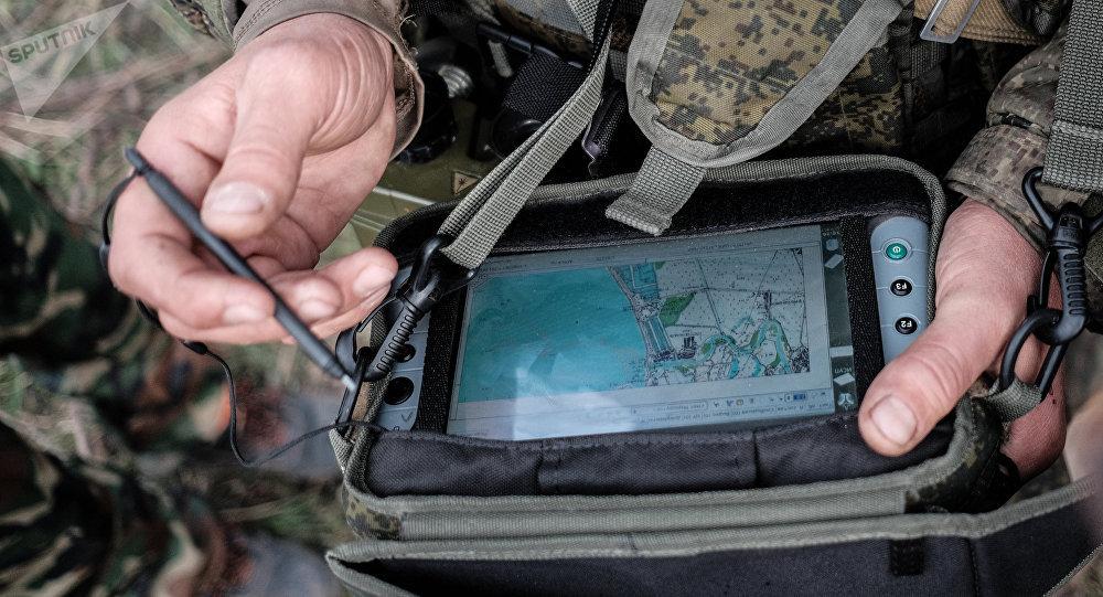 Un militar utiliza la pantalla táctil del sistema ruso Strelets