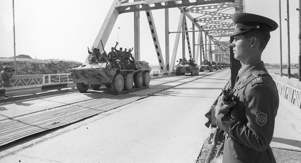 La primera columna de tropas soviéticas cruza la frontera soviético-afgana al volver a casa