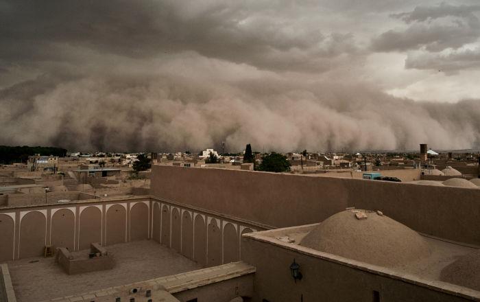 Una tormenta de arena se tragó el centro de la provincia iraní de Yazd, ubicada en un oasis en medio del desierto.