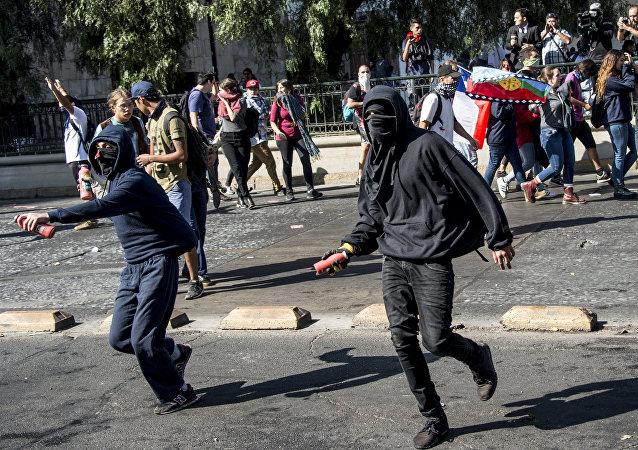 Enfrentamientos entre los manifestantes y la policía durante la marcha de estudiantes en Santiago, Chile