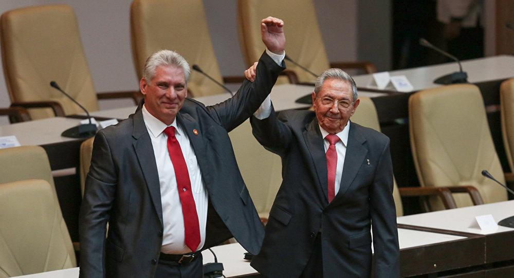 El nuevo presidente de Cuba, Miguel Díaz-Canel, junto con Raul Castro
