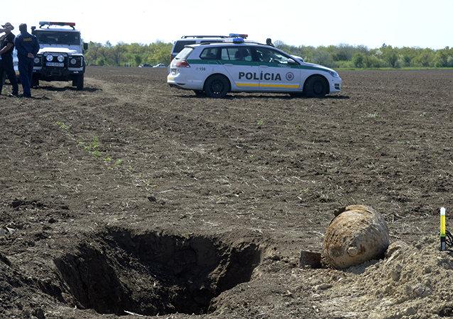La policía eslovaca en el lugar donde fueron encontradas las bombas de la II Guerra Mundial