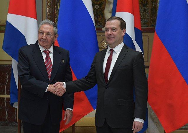 Raúl Castro, expresidente de Cuba y Dmitri Medvédev, el actual primer ministro de Rusia