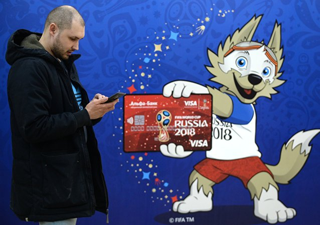 Un hincha y Zabivaka, mascota del Mundial 2018
