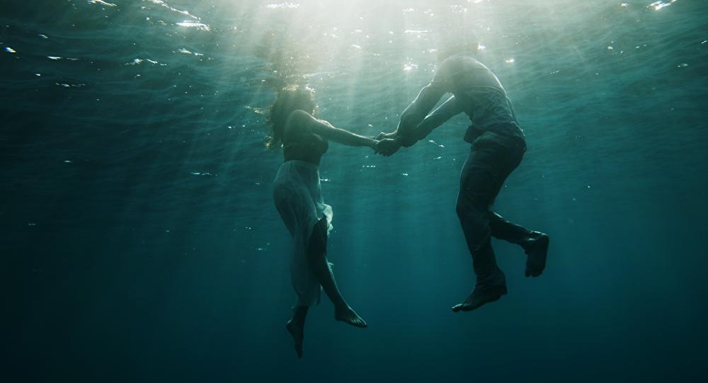 Unas personas bajo el agua