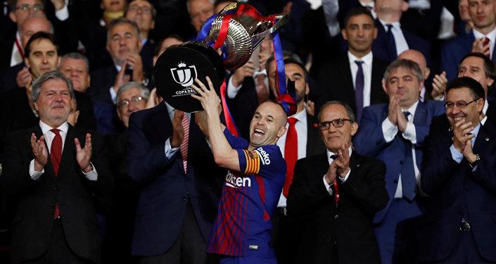 Andrés Iniesta, jugador del FC Barcelona, levantando la Copa del Rey (archivo)
