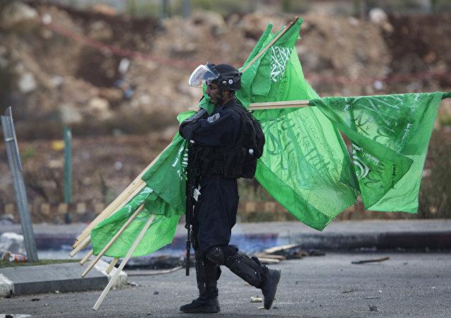 Un militar israelí con las banderas de Hamás (archivo)
