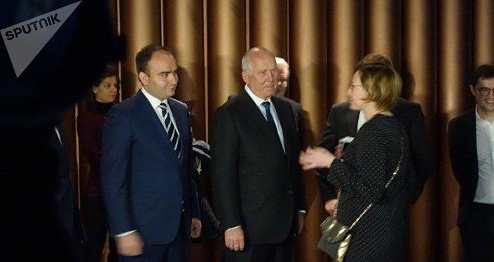 El director general de Rostec, Serguéi Chémezov (centro), durante la apertura del conjunto Oktava en Tula, Rusia