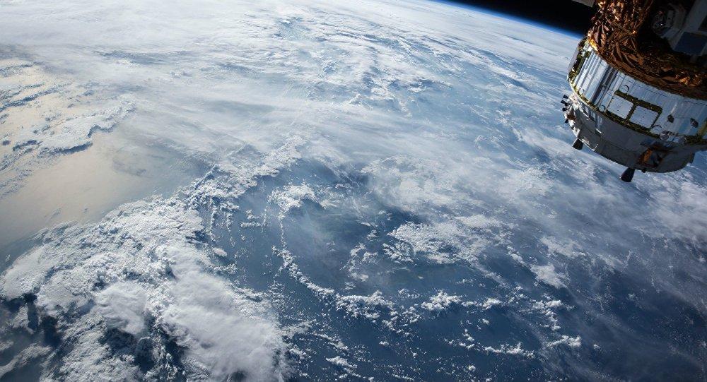 Un satélite en la órbita de la Tierra