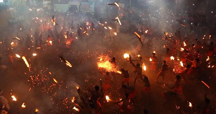 Hindúes 'juegan con fuego' durante el tradicional festival religioso Agni Keli
