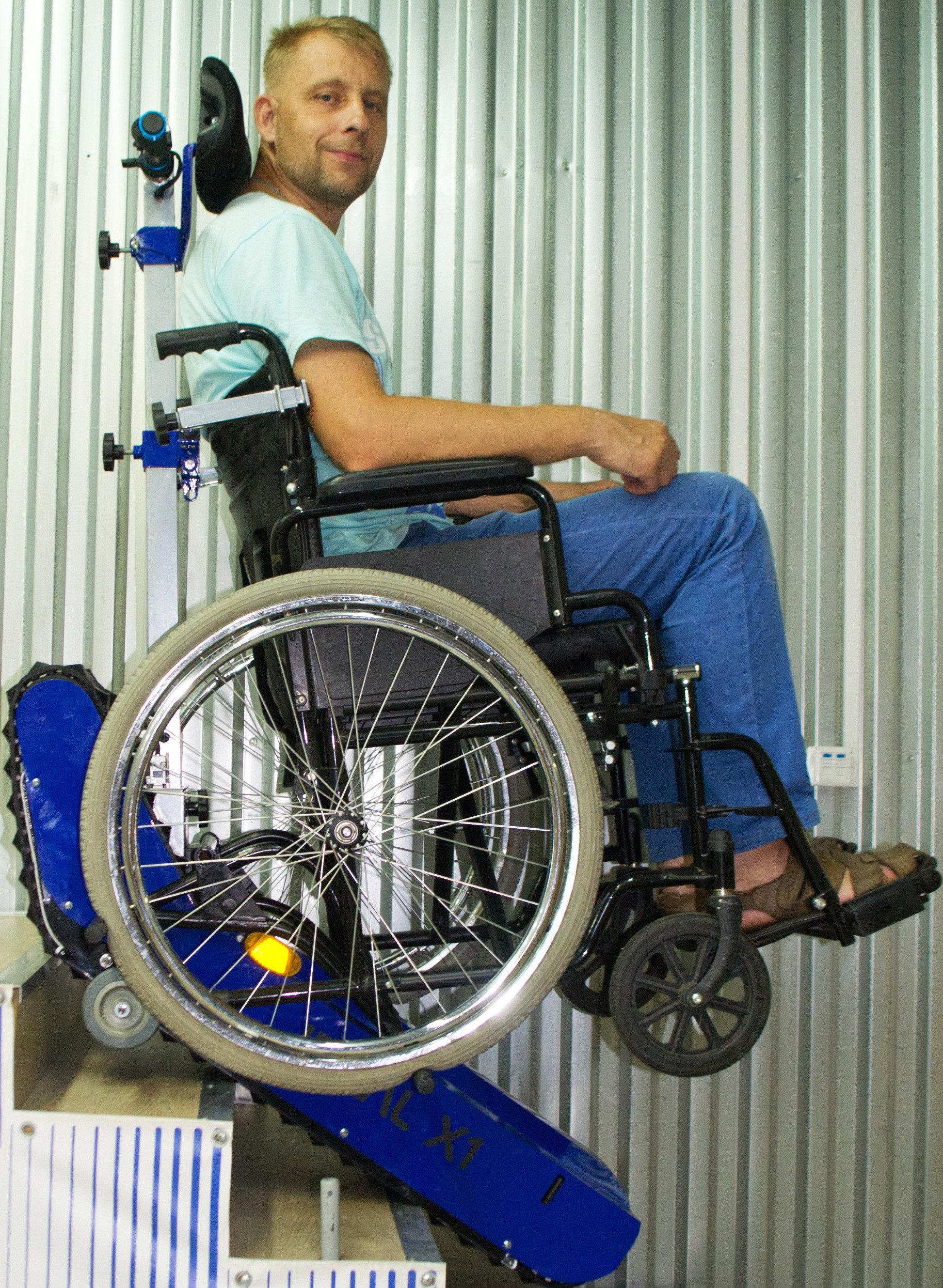 Una silla de ruedas de CaterWil sube una escalera