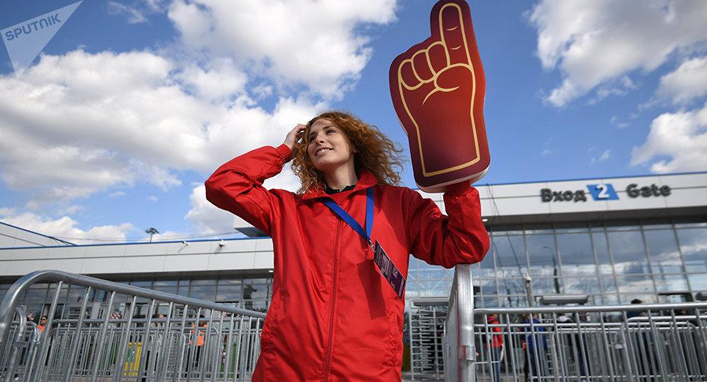Una voluntaria durante el partido de prueba en el estadio de Volgogrado
