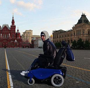 Una silla de ruedas de CaterWil, en medio de la Plaza Roja en Moscú