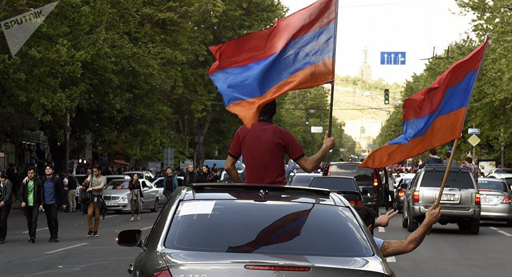 Protestas derriban al primer ministro de Armenia