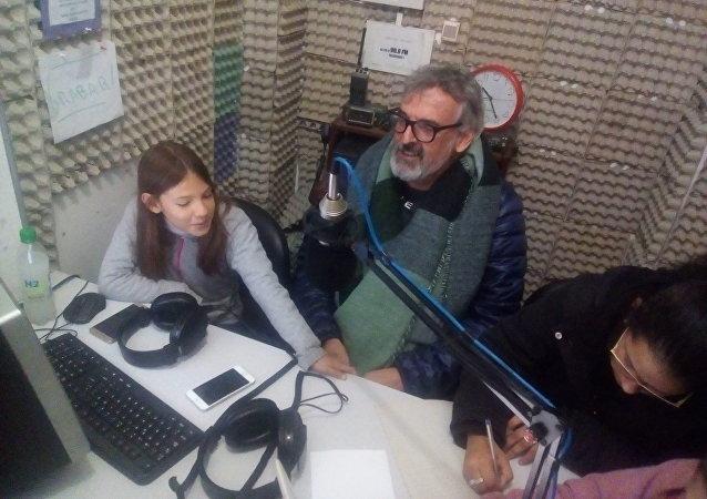 Estudiantes y docente en el estudio de radio de la 90.9 Frecuencia Uno del Liceo N°1 de San Carlos, Uruguay.