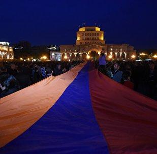 Bandera de Armenia durante las protestas en el país