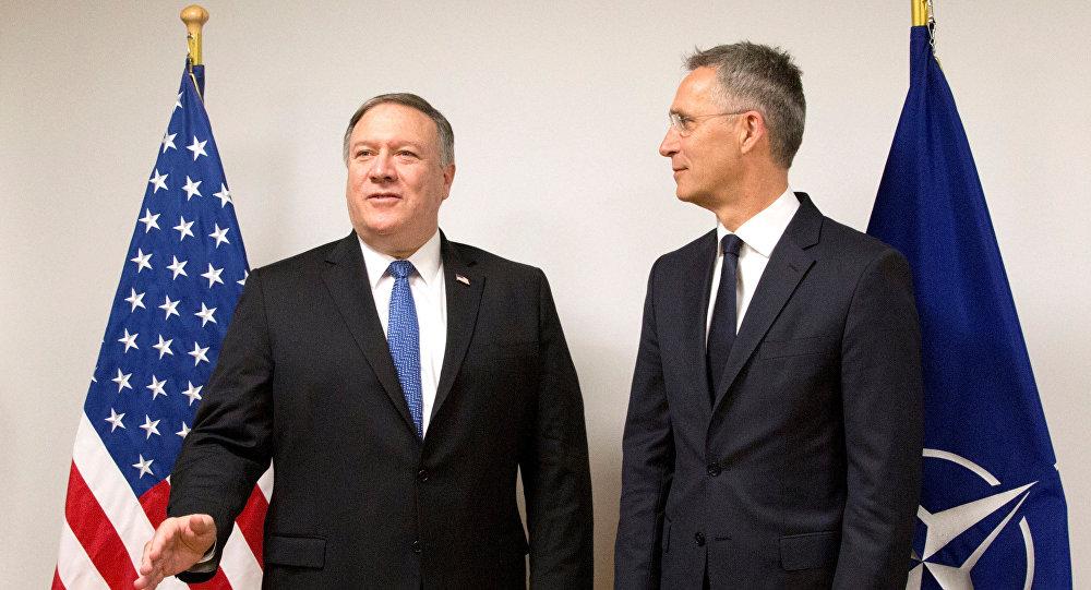 El nuevo secretario de Estado estadounidense, Mike Pompeo y el secretario general de la OTAN, Jens Stoltenberg