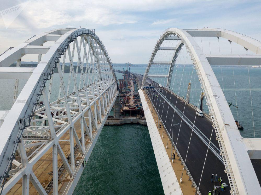 Cómo se levanta la parte automovilística del puente de Crimea