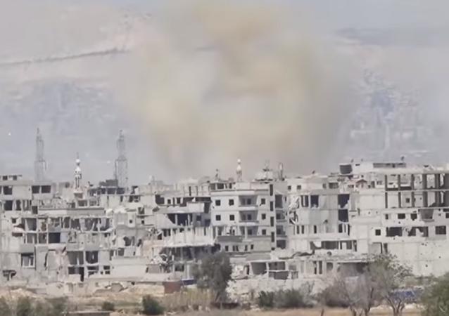El humo se eleva sobre una ciudad siria