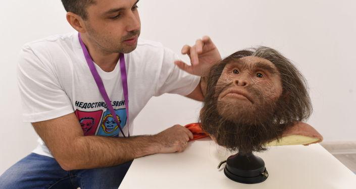 Gueorgui Sokolov presenta la reconstrucción de la cabeza del ser prehistórico Homo naledi (Anatoli Alexandrov) en la Universidad Nacional de Investigación Tecnológica (MISIS)