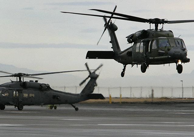 Helicópteros hacen un vuelo de entrenamiento en la base aérea de Keflavik, Islandia