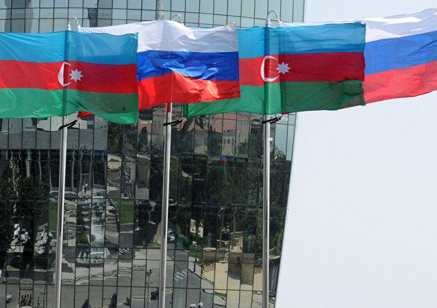 Banderas de Rusia y de Azerbaiyán