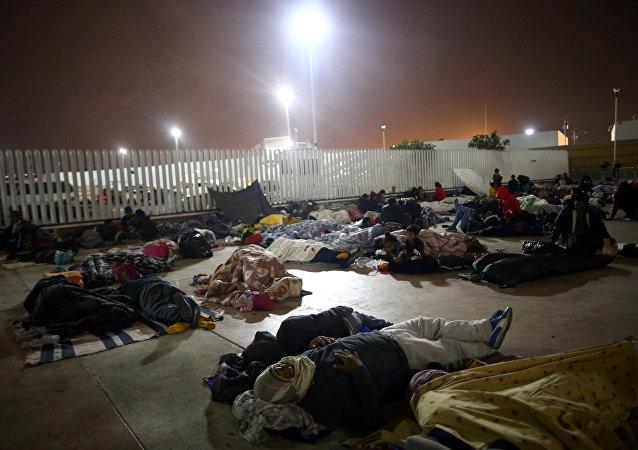 Los migrantes frente al puerto de entrada a EEUU en la frontera mexicana