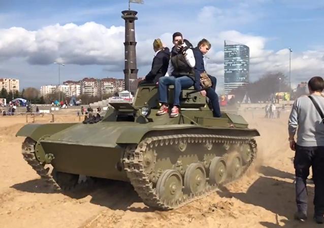 Un tanque pasa por encima de tres personas en un festival en San Petersburgo