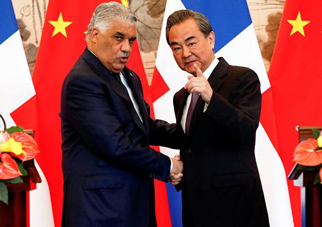 Los ministros de Asuntos Exteriores de la República Dominicana y de China, Miguel Vargas y Wang Yi