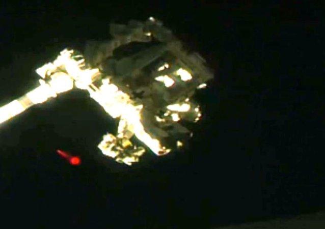 Un misterioso objeto rojo junto a la Estación Espacial Internacional