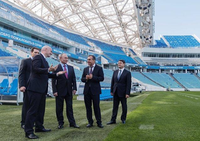 Putin y el presidente de la FIFA visitan el estadio de Sochi sede del Mundial 2018
