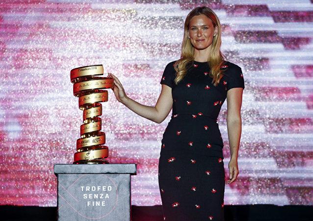 Bar Refaeli, una supermodelo israelí, presenta el Giro d'Italia en Jerusalén