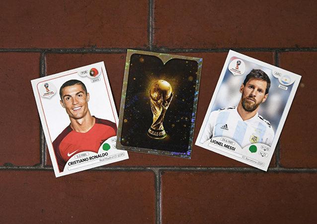 Las tarjetas con las fotos del futbolista portugués Cristiano Ronaldo y el argentino Lionel Messi