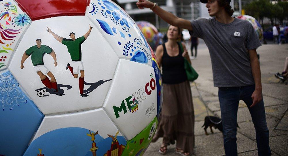Una pieza que simboliza a México del Ball Parade Russia 2018 en el Paseo de la Reforma en la Ciudad de México