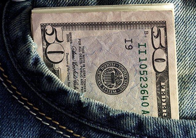 Billetes de dólares en un bolsillo