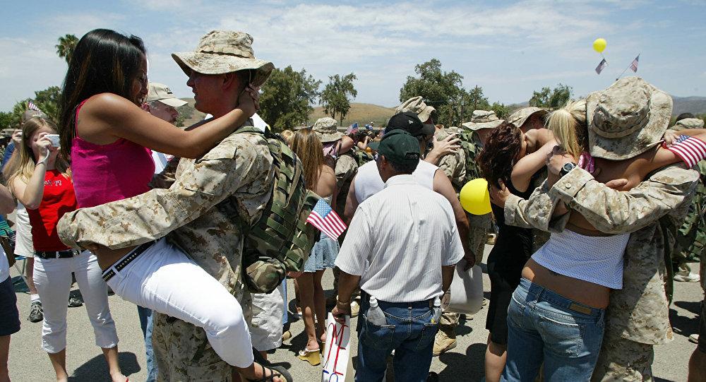 Militares estadounidenses abrazan y besan a las mujeres