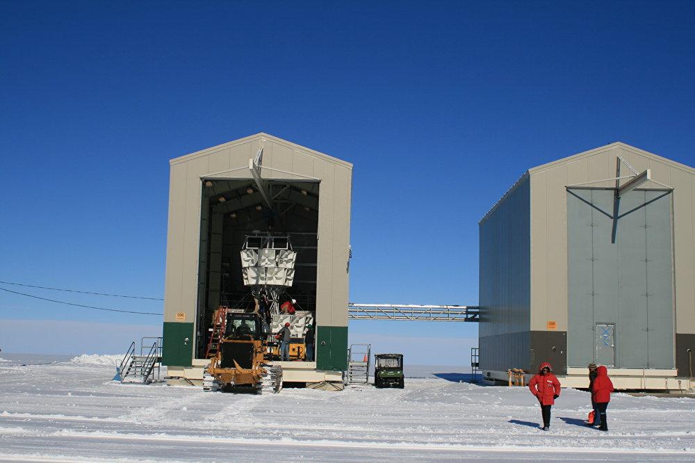 Un bloque de antenas de radio ANITA dentro de una nave