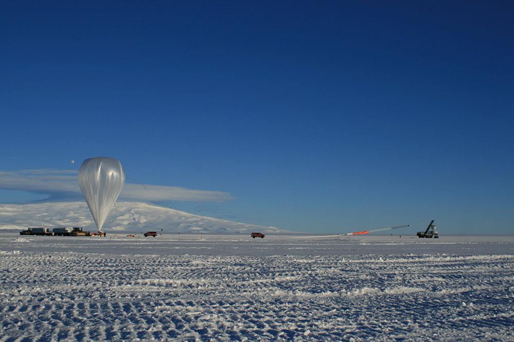 El lanzamiento de ANITA con la ayuda de un aeróstato