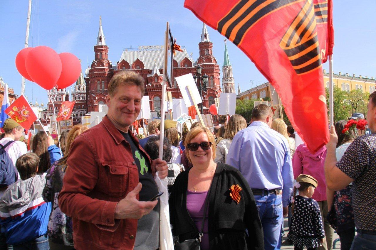 Olga y Dmitri Kárpov durante la marcha del Regimiento Inmortal