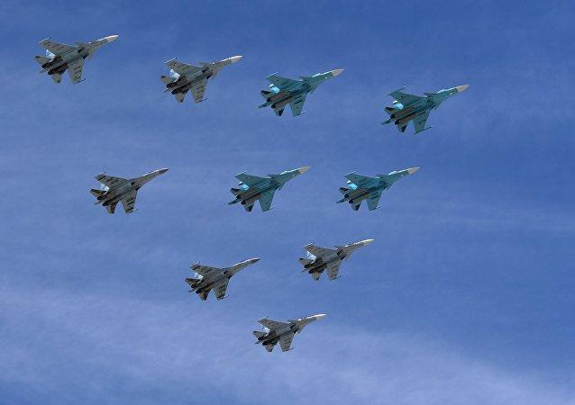 Cazas Su-30 y Su-35 durante el desfile en Moscú