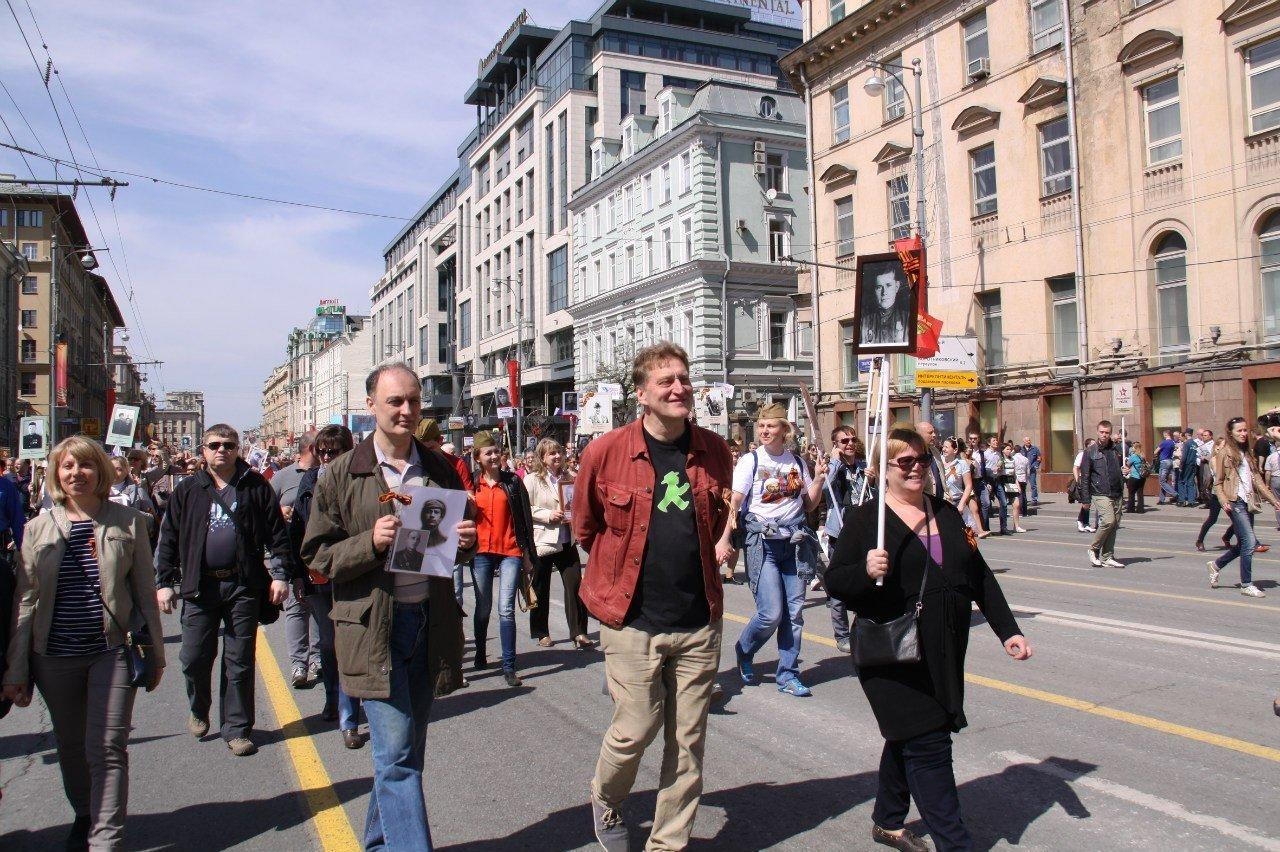Olga y Dmitri Kárpov y  Evgueni Sultánov durante la marcha del Regimiento Inmortal