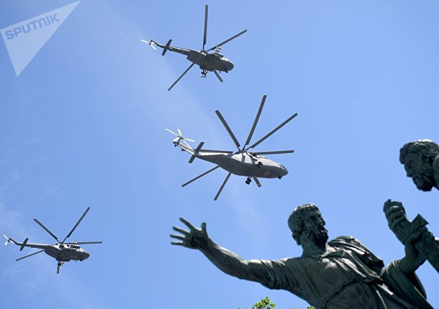 Helicópteros Mi-26 durante el Desfile del Día de la Victoria en la Plaza Rusia, Moscú, Rusia