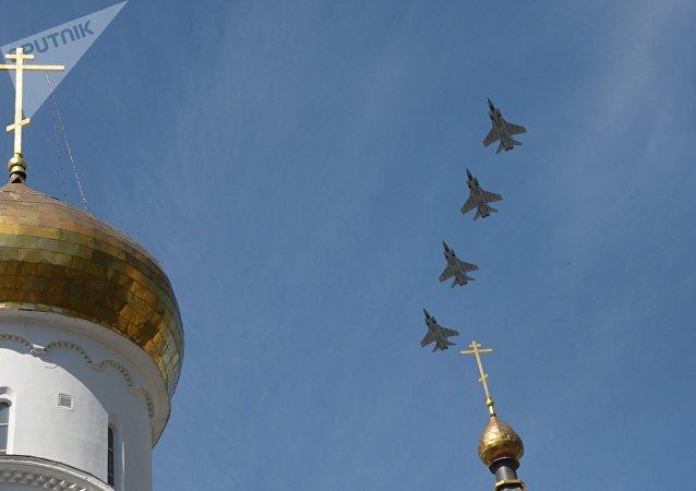 Los cazas interceptores MiG-31K sobrevuelan el Kremlin en el marco del Desfile de la Victoria de 2018