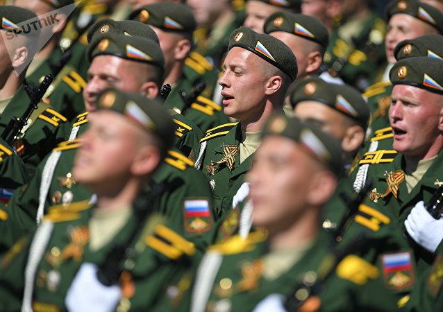 Cadetes de la Guardia Fronteriza durante el Desfile del Día de la Victoria en la Plaza Roja, Moscú, Rusia