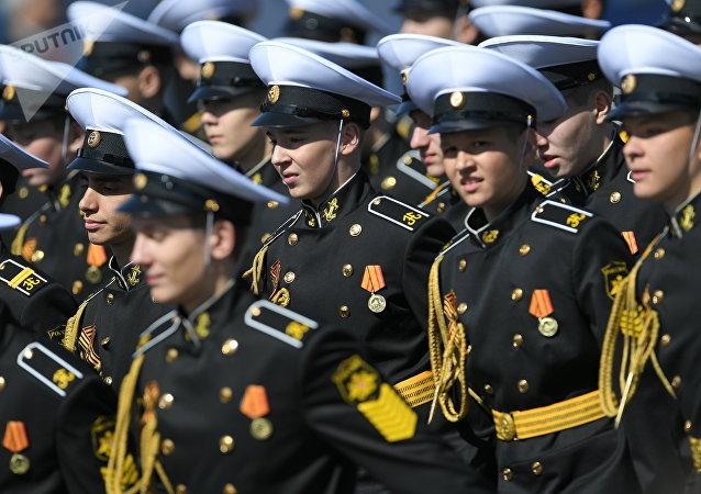 Cadetes de la Escuela Naval Superior Almirante Najimov durante el desfile del Día de la Victoria en la Plaza Roja, Moscú, Rusia